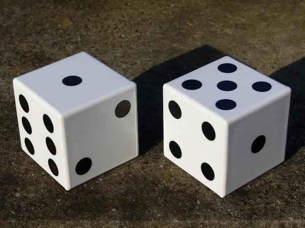 قم برمي مكعب الأرقام مرة واحدة ، فما هو احتمال أن يكون الرقم الموضح 4 أو 5