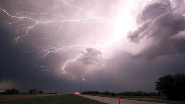 اذكر العوامل التي تحدد سرعة الرياح وتؤثر بذلك في الظروف الجوية