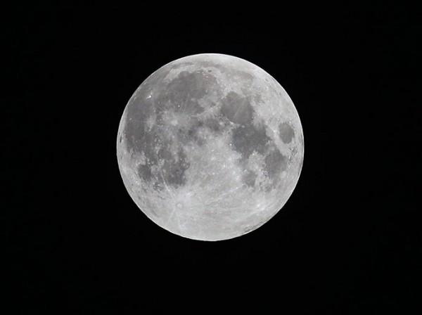 عندما يكون سطح القمر المواجه للأرض مضاءً بالكامل يطلق عليه