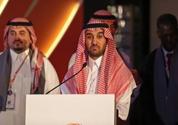 """وزير الرياضة السعودي يشجع """"الاخضر"""" بين الجماهير من المدرجات"""