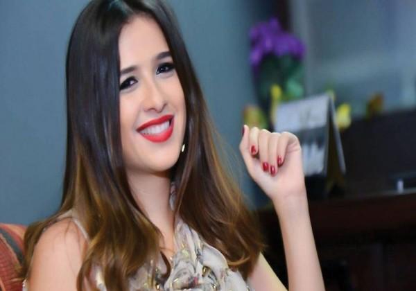 شاهد كيف احتفلت الفنانة ياسمين عبد العزيز بتخرج ابنتها من المدرسة