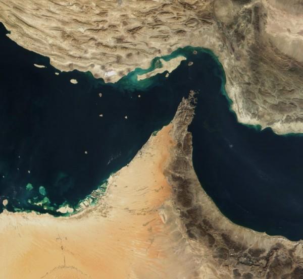 يربط مضيق هرمز الخليج العربي بماذا