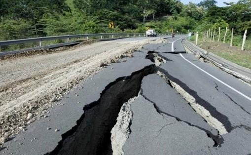 يؤدي وجود انزلاقات في طبقات القشرة الأرضية إلى حدوث