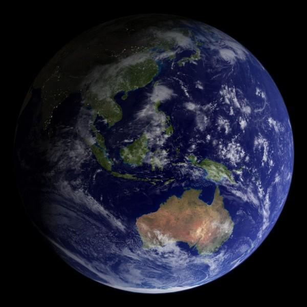 تدور الأرض حول خط افتراضي يمر عبر مركزها يسمى المحور