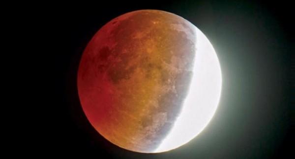 ماذا يحدث عندما تمر الأرض من ظل القمر