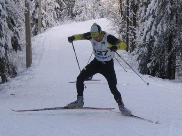 تنزلق الزلاجات فوق الجليد بسهولة بسبب عدم وجود قوة احتكاك بينهما