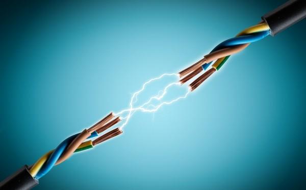 عندما يتدفق تيار كهربائي في الجسم فإنه يعاني من صدمة كهربائية