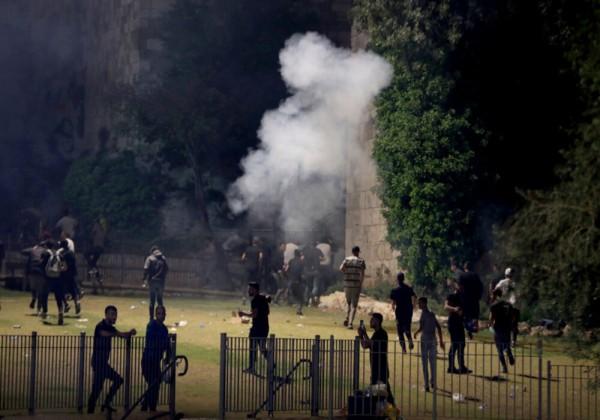 شاهد العشرات من الجرحى والمعتقلين جراء اشتباكات بين المصلين وقوات الاحتلال في القدس