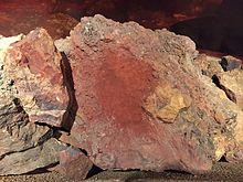 طبقة بنية هشة من أكسيد الحديد على سطح قطعة من الحديد ، ما هي