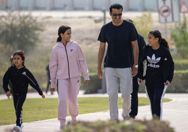 شاهد أمير قطر يمارس الرياضة مع بناته في شوارع الدوحة
